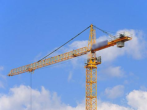 Двор, где строительная компания планирует возвести новую многоэтажку, окружен старенькими пятиэта