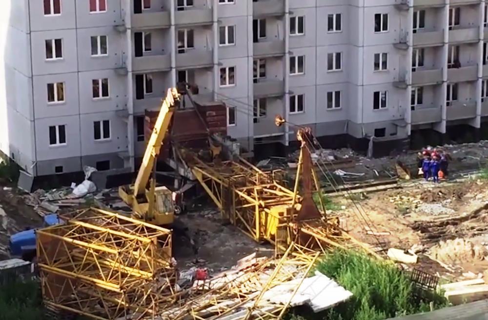 Как пишут пользователи соцсетей, строители демонтировали подъемный кран, когда он упал прямо на о