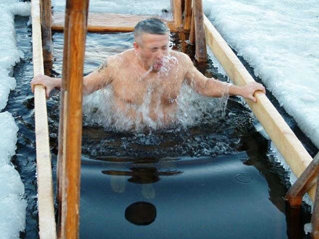 В Челябинске купели для крещенских купаний начнут выпиливать завтра, 18 января, с десяти утра. В