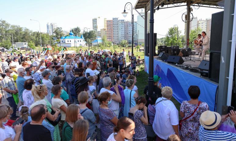В сквере «Семейный» в Ленинском районе города Челябинска состоялась презентация книги Нат
