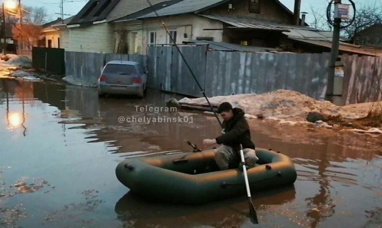 Челябинский микрорайон «Никольская роща» затопило. Местные жители передвигаются по улицам на лодк