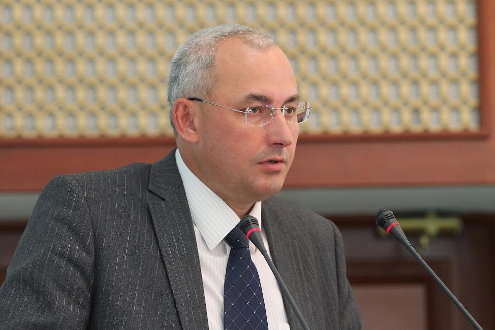 Александр Кузнецов прекрасно разбирается во всех тонкостях педагогической работы, как на учительс