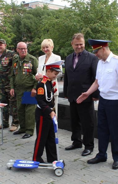 Ученик школы №45 Челябинска узнал о том, что челябинские десантники собирают вещи для детей из До