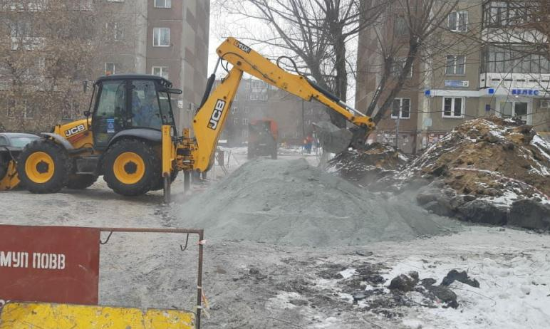На улице Труда в Челябинске пришлось вскрыть дорожную одежду: на участке в районе областного суда