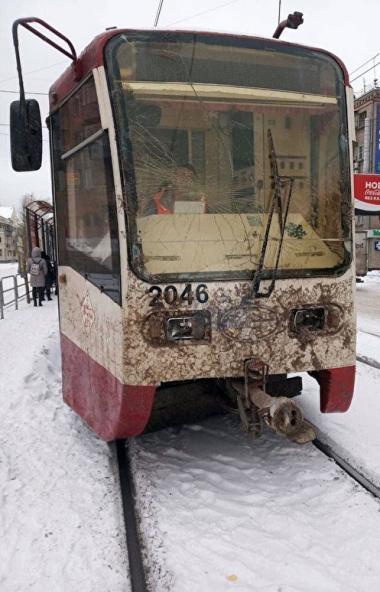 В Челябинске из-за работы снегоуборочной машины пострадал трамвай. вагона разбиты лобовое стекло