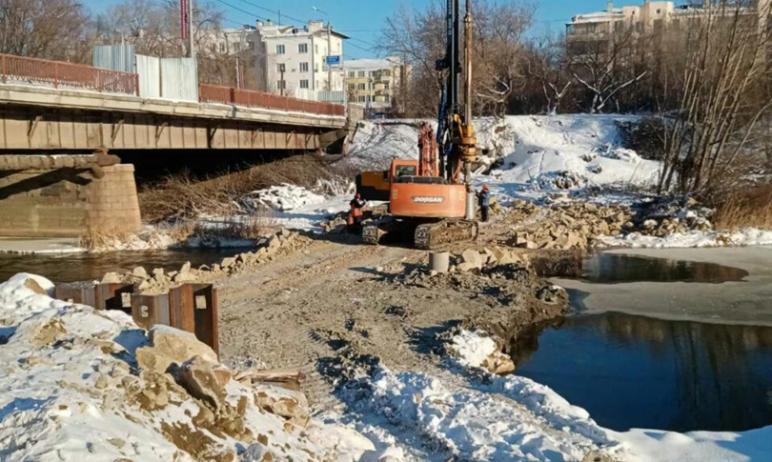 На Ленинградском мосту через реку Миасс по проспекту Победы в Челябинске продолжаются работы по п