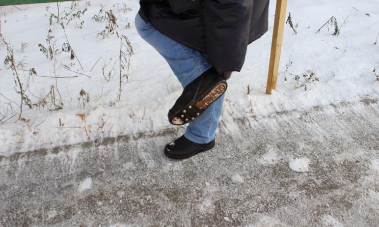 Почтальонов Челябинской области обеспечили противоскользящими шипованными подошвами. Почтовые раб