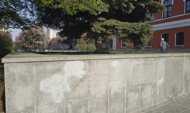 Исписанный гранит на аллее Славы в Челябинске реанимировали, замазав каракули. Без черных надписе
