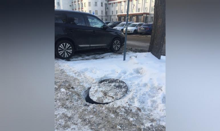 У здания УФСБ России по Челябинской области «работает» люк «под прикрытием» - его опасно приоткры