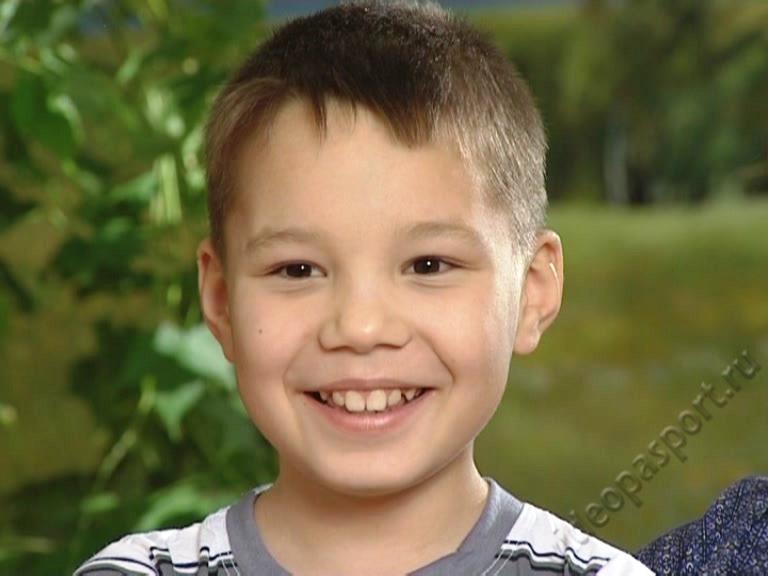 Руслан родился в сентябре 2006 года. Мальчик живет в детском доме с февраля 2015 года. Он очень о