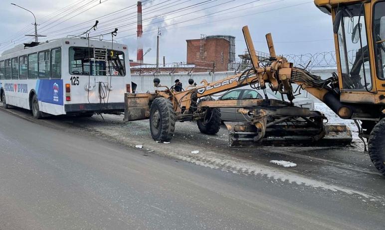 В Миассе (Челябинская область) на Тургоякском шоссе произошло столкновение автогрейдера и троллей