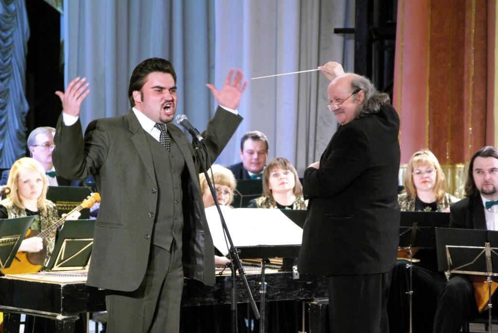 Его открывает на сцене театра оперы и балета имени Глинки гала-концерт