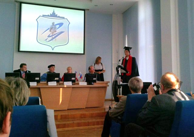 На торжественной церемонии выпускников приветствовали проректор по уче