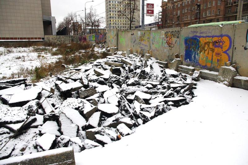По этим причинам в минувшие выходные был разрушен и огорожен участок д