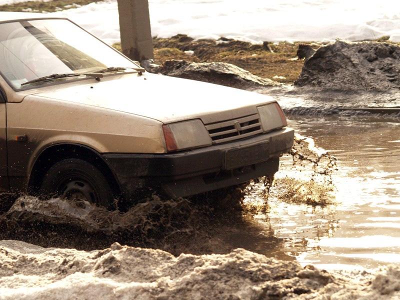 Как сообщают очевидцы, вода залила проезжую часть на улице Горького, ч