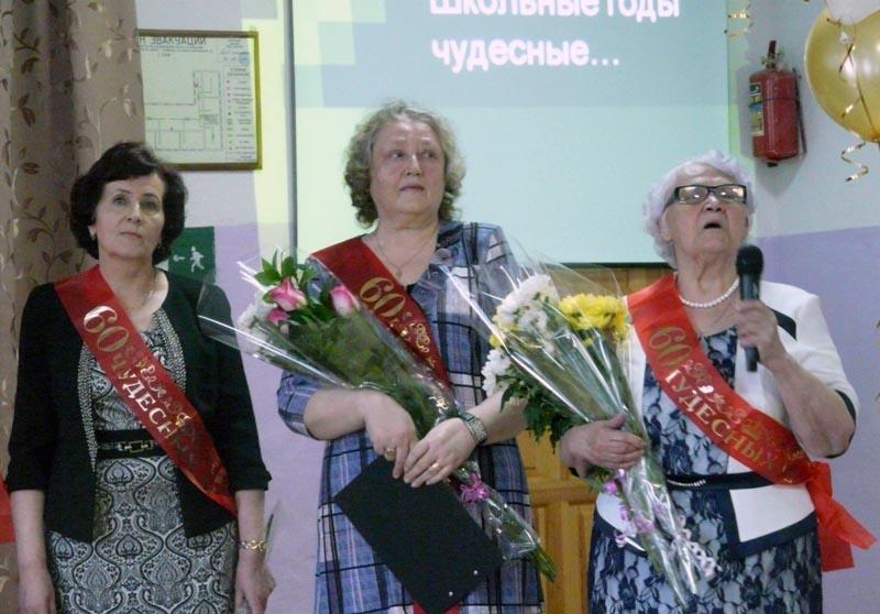 Представители общественного движения «Соцгород» вручили директору и уч