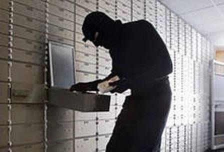 «Двое мужчин ворвались в банк и начали угрожать сотрудникам предметом,