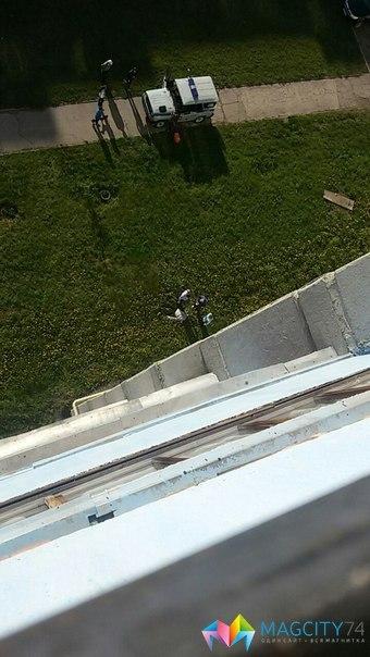 Как пишет MagCity74.ru, сначала из окна многоэтажки по адресу Зеленый Лог, 33 выпал человек. При