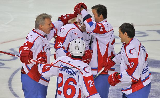 Как сообщает пресс-служба ОАО «ММК», помимо хоккеистов сборной России на матче присутствовали зам