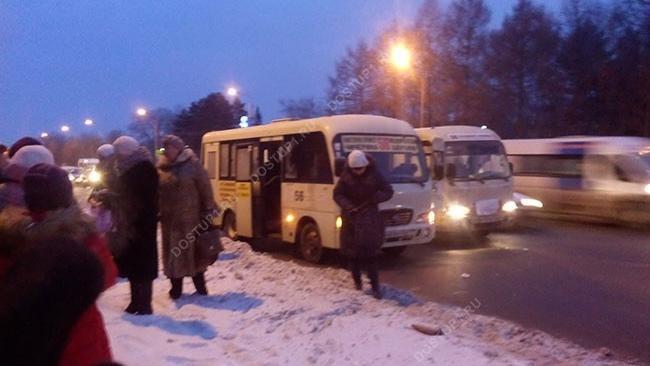 Утром 25 декабря в маршрутном такси № 56, следовавшем с северо-запада в сторону железнодорожного