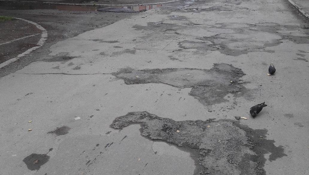 Сообщения о том, что дорожники Челябинска вновь асфальтируют дороги под проливным дождем, появляю