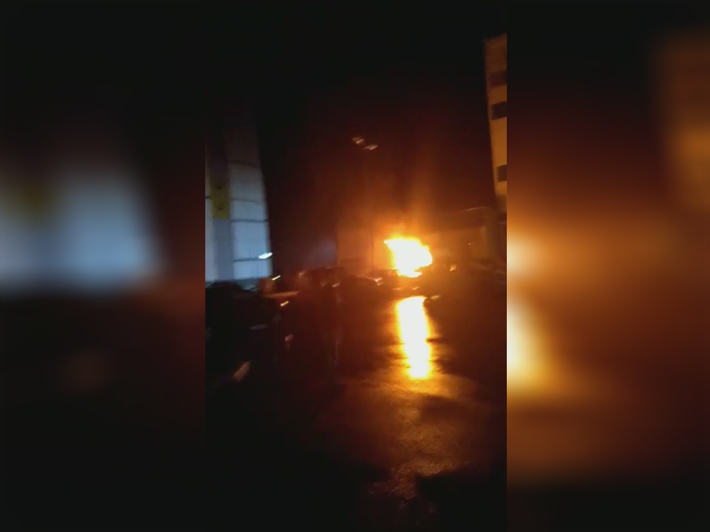 Пассажирский микроавтобус №86 загорелся ночью в Чурилово. Он был припаркован возле одного из домо