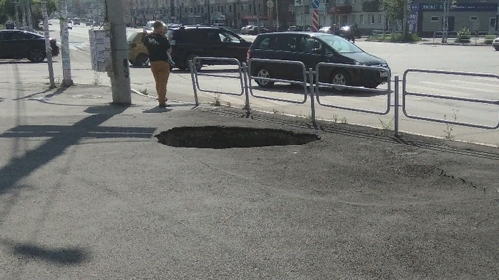 Знаменитая яма на тротуаре на пересечении улиц Дзержинского и Барбюса в Челябинске вновь напомнил