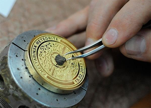 Напомним, златоустовские мастера изготовили сувенирные медали с кусочками небесного гостя специал