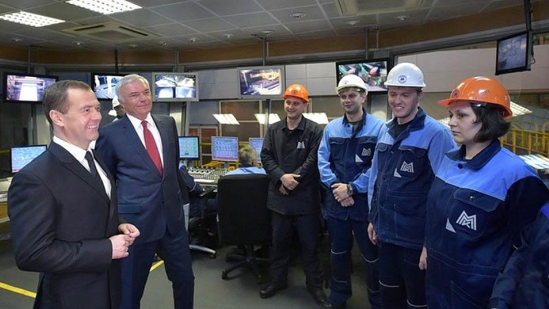 Глава правительства поинтересовался у рабочих условиями труда, обеспечением специалистов жильем,