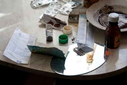 Любители кайфа не только употребляли в квартире задержанного наркотики, но и изготавливали их. Вз