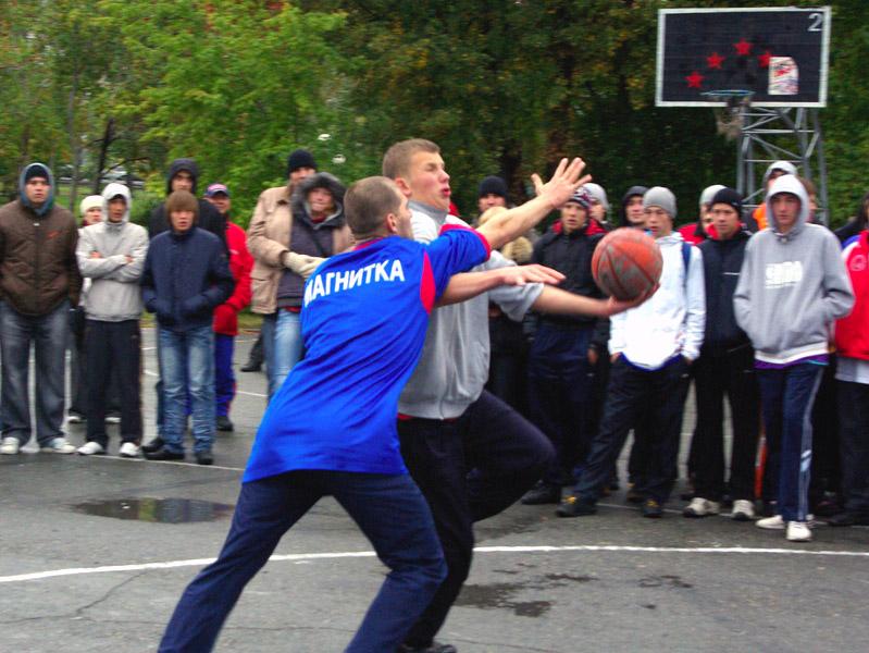 На данный момент заявки на участие в ежегодном баскетбольном турнире подало семьсот человек. Орга