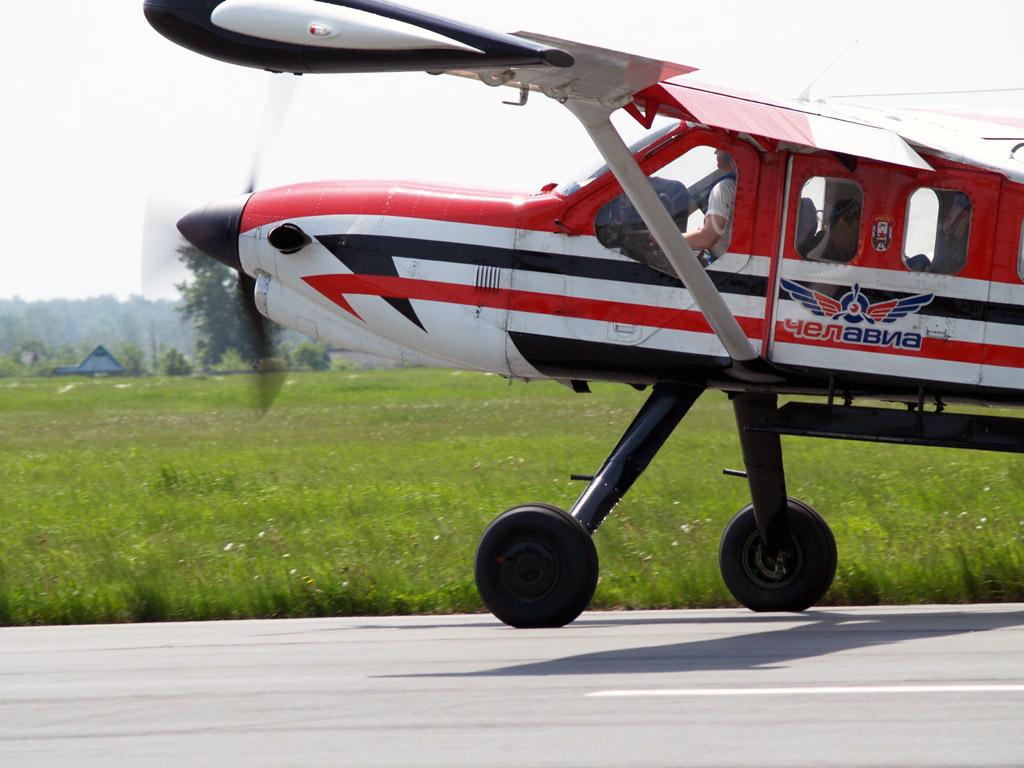 Организаторы рассказали, что прыжки с парашютом – это одна из составляющих подготовки молодых люд