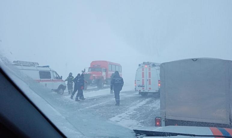 Всю ночь в Челябинской области сотрудники МЧС, ГИБДД и спасатели продолжали оказывать помощь людя
