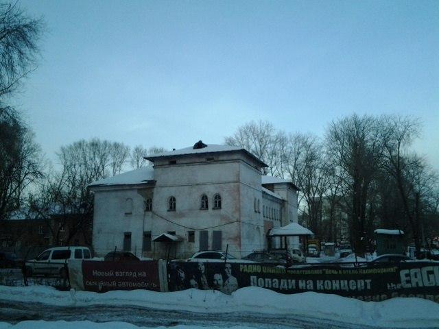 Объект был построен в период 1950-1954 годов в Тракторозаводском районе Челябинска. В настоящее в
