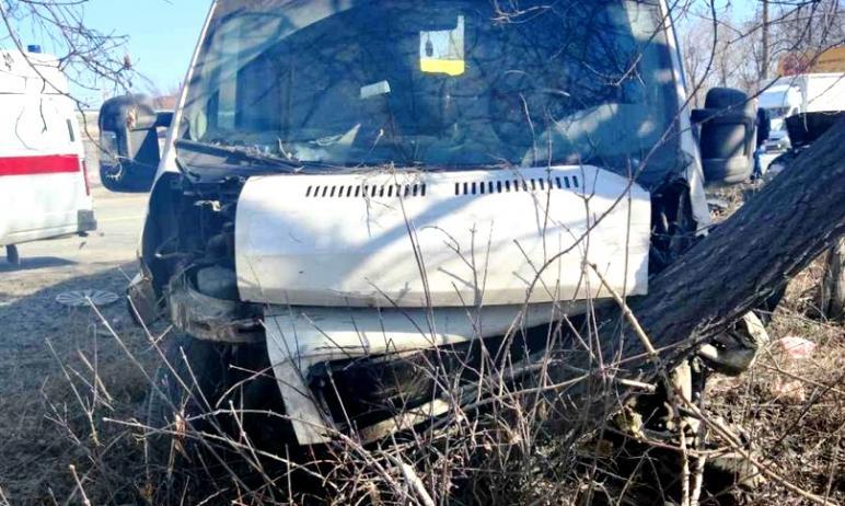 В Челябинске маршрутное такси попало в аварию, в результате которой три человека получили травмы.