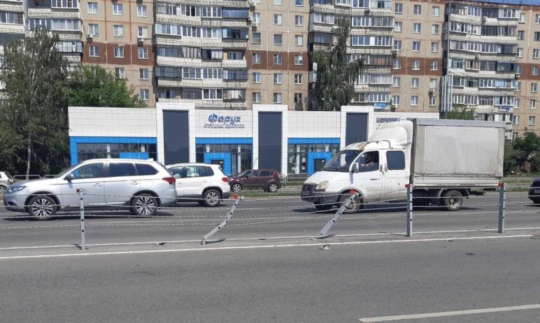 В Челябинске 30-летняя автомобилистка не справилась с управлением и врезалась в тросовое огражден