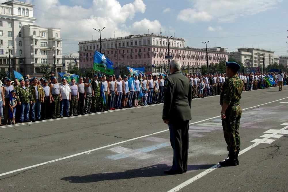 Официальная часть мероприятия началась с торжественного построения десантников на площади Революц