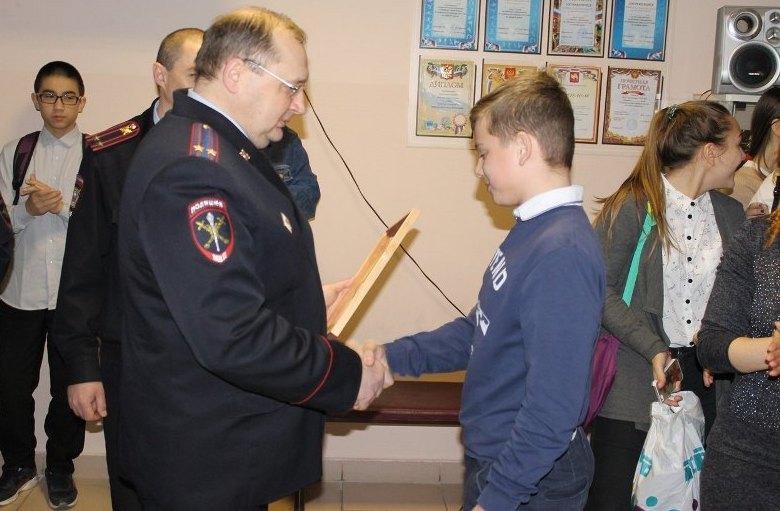 В Каслинской школе № 24 состоялась торжественное мероприятие, на котором сотрудники полиции награ