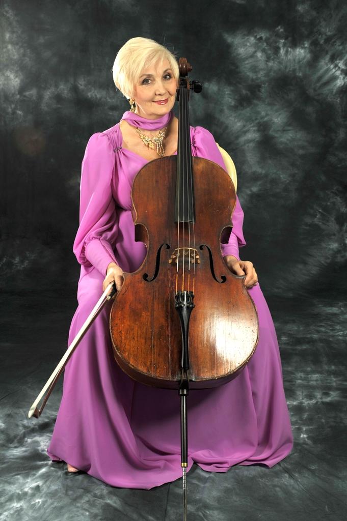 Музыку дворцов и храмов исполняют солисты Челябинской филармонии Наталья Александрова (виолончель