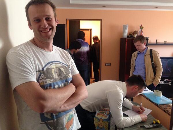 «Домой к Алексею @navalny пришел с обыском СК РФ. Собираются ломать дверь, не дожидаясь приезда а