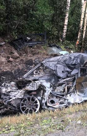 Под Миассом после лобового столкновения загорелись грузовой автомобиль и иномарка. Водитель легко