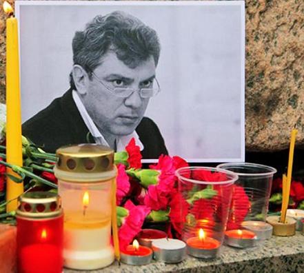 К месту гибели Немцова до сих пор несут цветы и зажигают поминальные свечи. Соболезнования родным