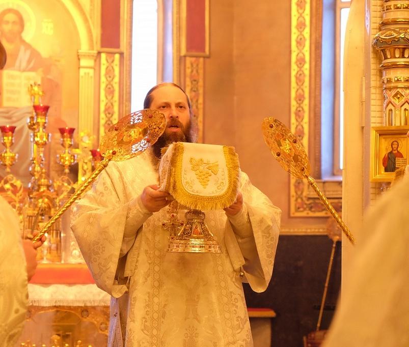 В Рождественском Послании говорится: «Возлюбленные о Господе боголюбивые пастыри, всечестн