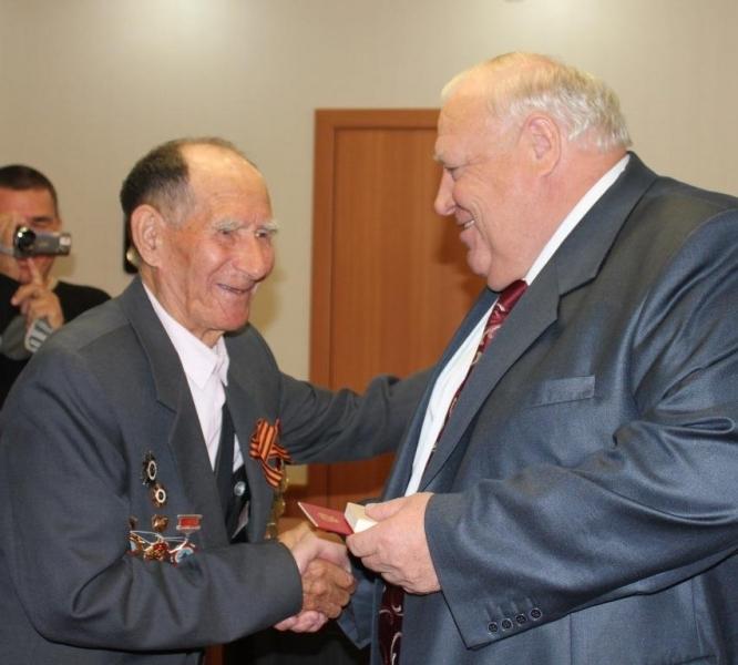 Снайпер Низамов был награжден ею за мужество и отвагу еще 9 июня 1945 года. Он отличился при осво