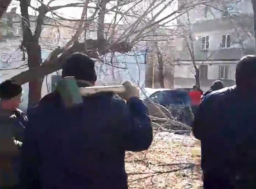 В Челябинске двор дома №17 по улице Калинина сегодня, 13-го апреля, превратился в место «боевых»