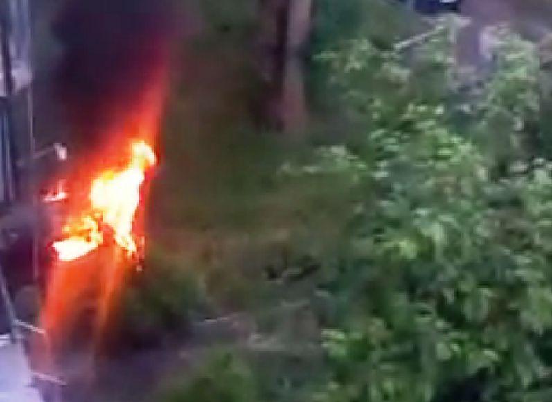 Поджог совершили утром около офисного здания, расположенного на улице Красная, 48. У джипа полнос