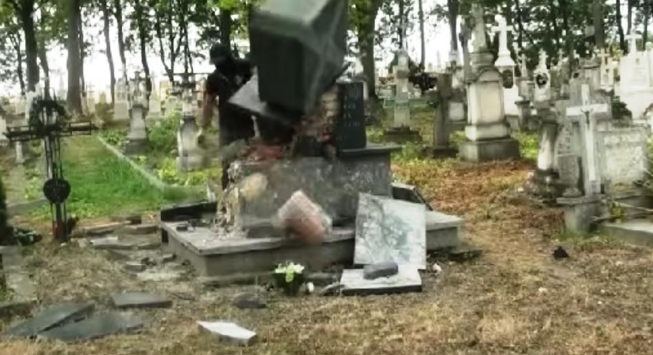Как сообщают польские СМИ, памятник украинским националистам возвели на местном кладбище на средс