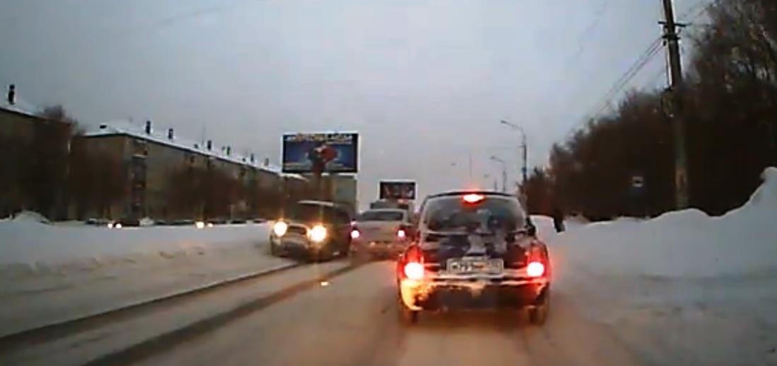 Очередной сюжет из металлургической столицы России потряс даже видавших виды водителей. По четыре