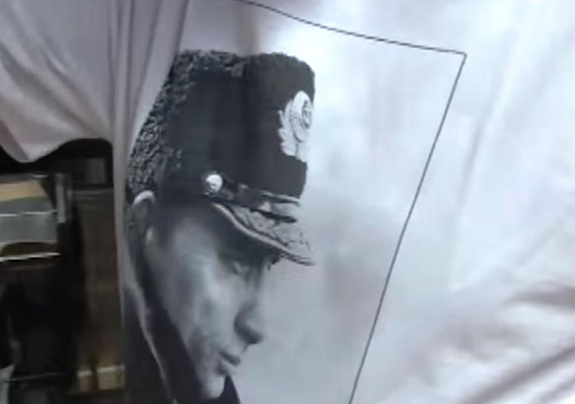«Я купил эту футболку в России, это мой ответ еврокретинам, которые играют в войну с Путиным. Над