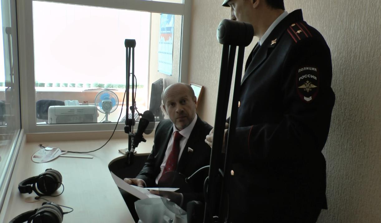 Повестку на допрос сотрудники полиции вручили депутату в Златоусте в пресс-службе Златмаша, где д